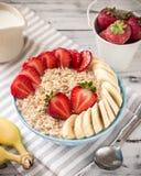 Havremjöl i bunke med jordgubbar och bananer Royaltyfri Bild