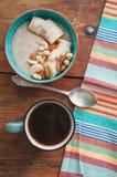 Havremjöl med bananen och muttrar Arkivfoton