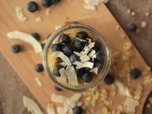 Havremjöl med blåbär och kokosnöten arkivbild