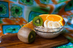 Havremjöl med frukt Arkivfoton