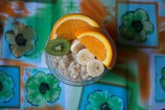 Havremjöl med frukt Arkivfoto