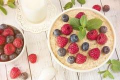 Havremjöl med hallon Sund mat för breakfastTasty oatmea Royaltyfri Fotografi