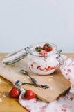 Havremjöl med jordgubbar Arkivbild