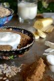 Havremjölbanankaka i den turkiska koppen med kräm- sås Royaltyfri Fotografi