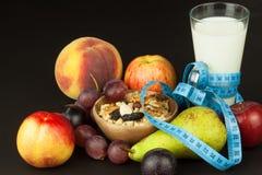 Havremjölet, frukt och ett exponeringsglas av mjölkar banta mat Näringsrik mat för idrottsman nen banta sunt traditionell frukost arkivbild