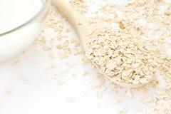Havremjölet i träskeden och mjölkar Royaltyfria Foton