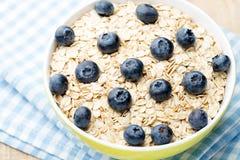 Havremjölhavregröt med blåbär sund frukost Arkivfoton