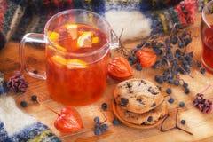 Havremjölkakor, lösa skogbär, physalis och fruktte med citronen på en trätabell arkivfoto
