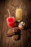 Havremjölkakor och fruktsaft i ett exponeringsglas med glass på en träbakgrund 1 Royaltyfria Bilder