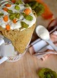 Havremjölmuffin med kanderad frukt och mjölkar kräm Arkivfoto