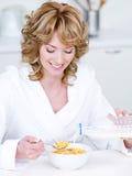 havren som äter flakes, mjölkar kvinnan royaltyfri foto