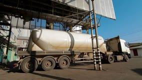 Havrepäfyllning som åker lastbil produktionmatningsväxten lager videofilmer