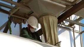 Havrepäfyllning som åker lastbil produktionmatningsväxten arkivfilmer
