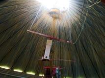 Havrepåfyllning en silo från inre Royaltyfri Fotografi