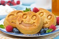 Havrepannkaka med nya bär för frukost Arkivbilder
