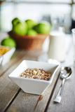 Havresädesslag med nytt mjölkar och gör grön äpplen arkivfoton