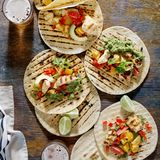 Havretortillor med den grillade fega filén, guacamolesås och arkivbild