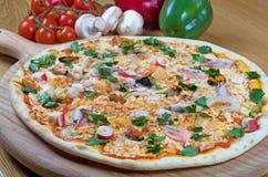 Havs- italiensk pizza på den wood maträtten Fotografering för Bildbyråer