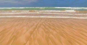 Havs- och kustmöte - modeller i sand arkivfoton