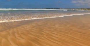 Havs- och kustmöte - modeller i sand royaltyfri fotografi