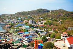 Havs- och stadssikt av den Srichang ön royaltyfri fotografi