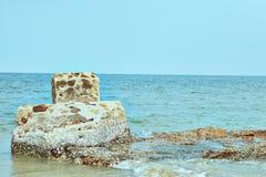 Havs- och stenpelare Arkivfoto