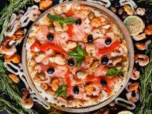 Havs- olivgrönt hemlagat recept för medelhavs- pizza royaltyfria bilder