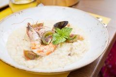 Havs- risotto med räka, tomater och basilika Royaltyfri Foto