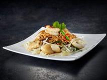 Havs- spagetti med kammusslor och räkor på den vita plattan royaltyfria foton