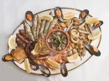 HAVS- UPPLÄGGNINGSFAT Fritura de pescado arkivbild
