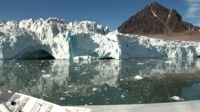 Havsberg och stora isberg som reflekterar vatten stock video