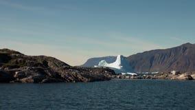 Havsberg och stora isberg som reflekterar vatten lager videofilmer