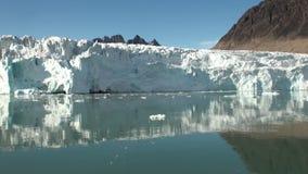 Havsberg och stora isberg som reflekterar vatten arkivfilmer