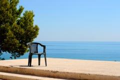 Havsbild med en stol royaltyfria foton