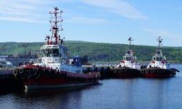 Havsbogserbåtar som bogseras till pir royaltyfri foto