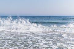 Havsbränning med vitt skum och att bespruta vattendroppar i luften Seascape av Black Sea i Februari på en solig dag royaltyfria foton