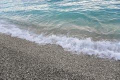 Havsbränning på en stenig strand Arkivfoton