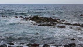 Havsbränning på stenkust arkivfilmer