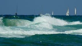 Havsbränningvåg i sommar fotografering för bildbyråer