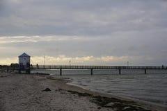 Havsbro i det baltiska havet Lubmin med träklockatornet Arkivfoto