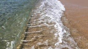Havseascape som är scenisk med vågor som kraschar på sandig kust