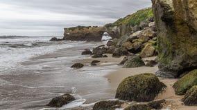 Havserosion, vaggar och sand royaltyfria bilder