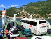 Havsfärja i fjärden av Kotor, sikt från färjan arkivbilder