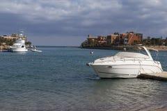 Havsfjärd med yachter i semesterorten Royaltyfria Foton