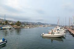 Havsfjärd med yachter och fartyg på den molniga dagen i San Remo, Italien, royaltyfri bild