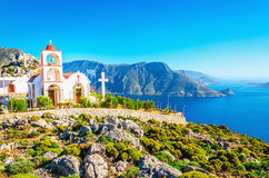 Havsfjärd på den grekiska ön med vitkyrkan Arkivfoton
