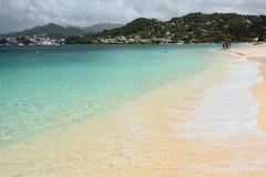 Havsgolf och sandig strand St George ` s, Grenada Arkivbilder