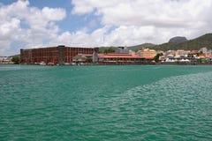 Havsgolf och stad louis mauritius port Arkivfoton