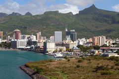 Havsgolf, yacht-klubba, stad och berg louis mauritius port Arkivbild