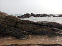 Havshavet med vaggar den härliga stranden arkivfoton